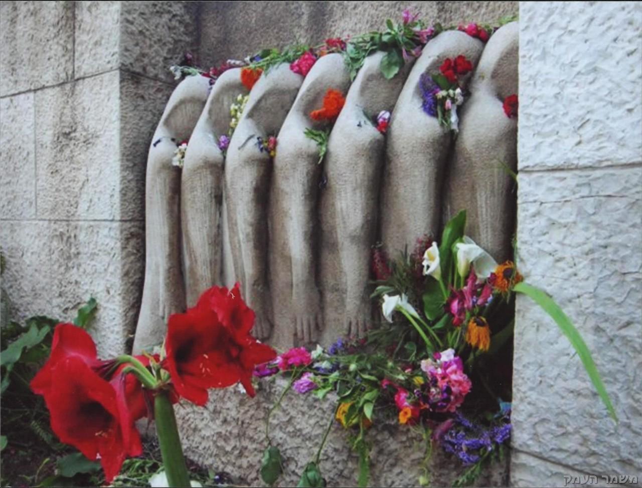 רגע אחרי טקס  הזיכרון לשואה ולגבורה בפינת הגולה